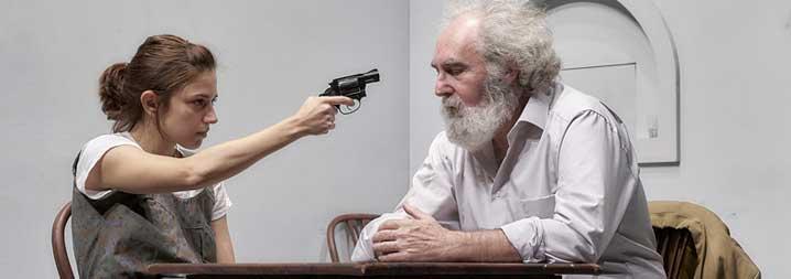 Espía a una mujer que se mata