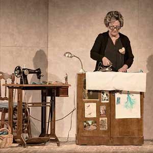 Teatro del Barrio recupera a Miguel Hernández desde la memoria de su viuda con 'Los días de la nieve' de Alberto Conejero.